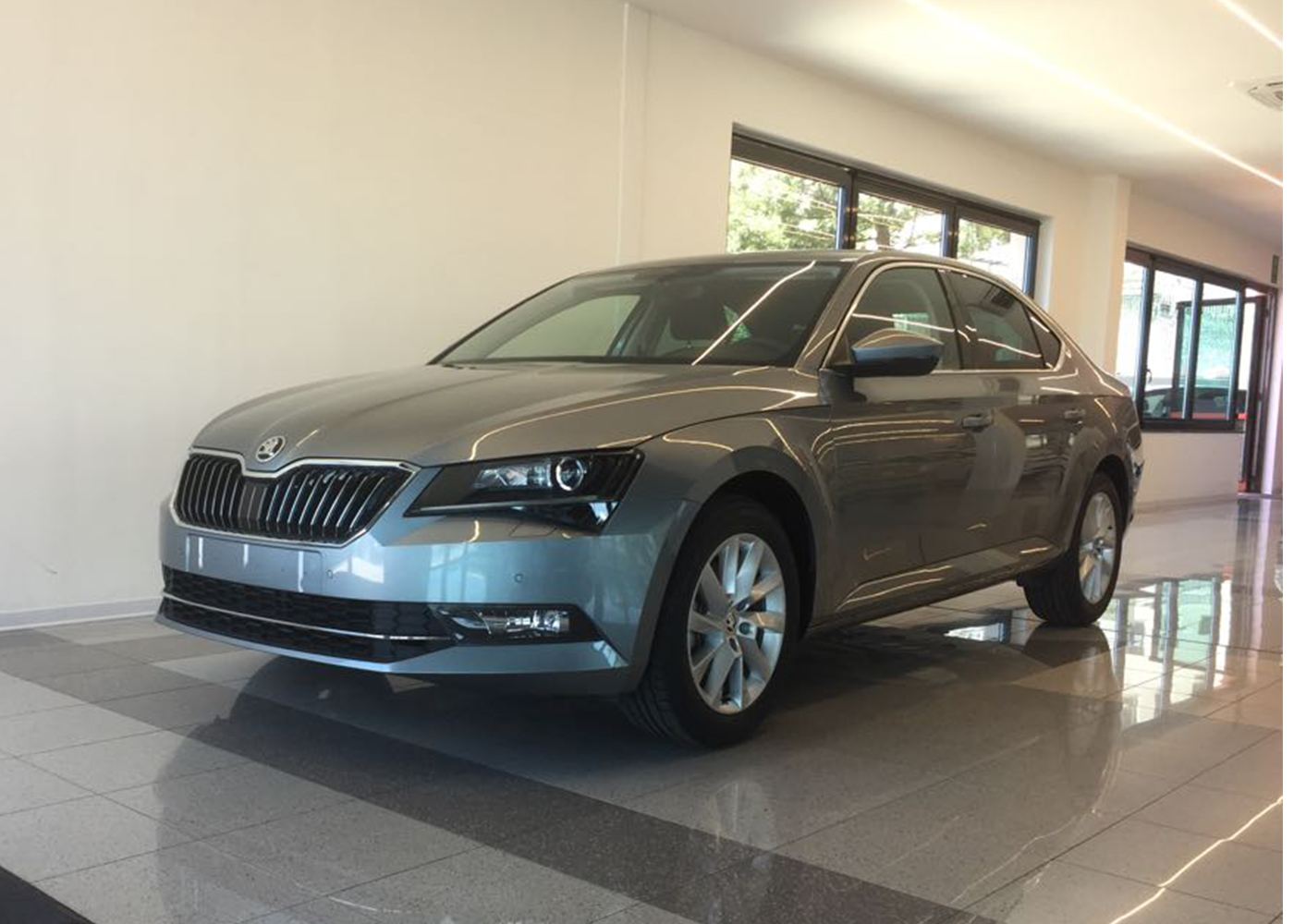 skoda superb 2 0 tdi dsg ambition grigio business nuova a soli 30330 su miacar 4mw2t. Black Bedroom Furniture Sets. Home Design Ideas